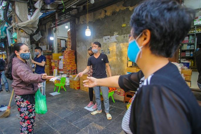 CLIP: Độc đáo khu chợ cách nhau 2 m, với người trao tiền và nhận hàng - Ảnh 11.