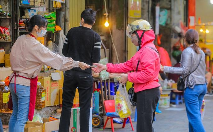 CLIP: Độc đáo khu chợ cách nhau 2 m, với người trao tiền và nhận hàng - Ảnh 12.