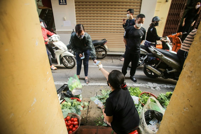 CLIP: Độc đáo khu chợ cách nhau 2 m, với người trao tiền và nhận hàng - Ảnh 14.