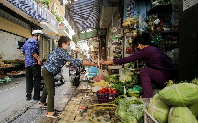 CLIP: Độc đáo khu chợ cách nhau 2 m, với người trao tiền và nhận hàng - Ảnh 15.