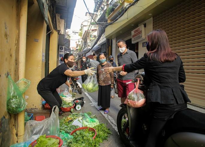CLIP: Độc đáo khu chợ cách nhau 2 m, với người trao tiền và nhận hàng - Ảnh 16.