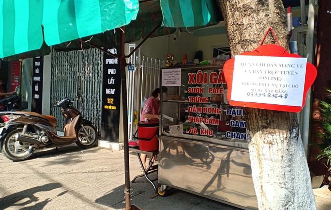 Ngày đầu bán hàng ăn uống mang về ở Đà Nẵng: Khó giữ khoảng cách 2m - Ảnh 2.