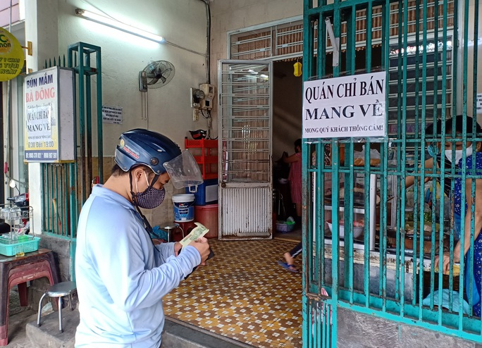Ngày đầu bán hàng ăn uống mang về ở Đà Nẵng: Khó giữ khoảng cách 2m - Ảnh 3.