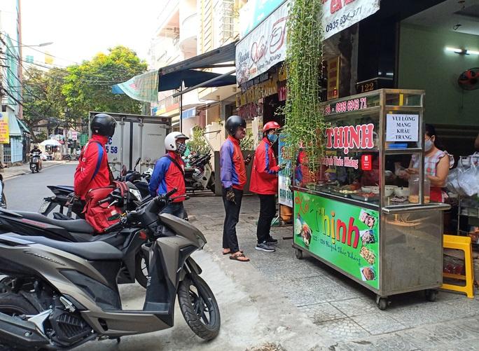 Ngày đầu bán hàng ăn uống mang về ở Đà Nẵng: Khó giữ khoảng cách 2m - Ảnh 5.