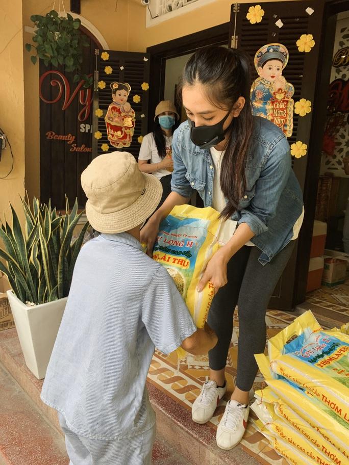 Việt Hương tặng 1 tấn gạo đến các nghệ sĩ khó khăn - Ảnh 2.