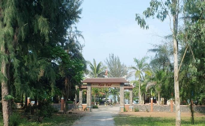Quảng Bình: Thành phố nương tay, 6 nhà hàng lấn  11.000m2 đất vàng ven biển - Ảnh 1.