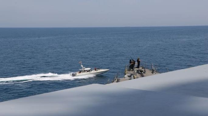 11 tàu Iran áp sát tàu Mỹ ở vùng Vịnh - Ảnh 2.