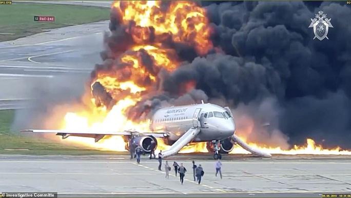 Máy bay bị sét đánh, Nga buộc tội cơ trưởng gây ra lửa hoả ngục - Ảnh 3.