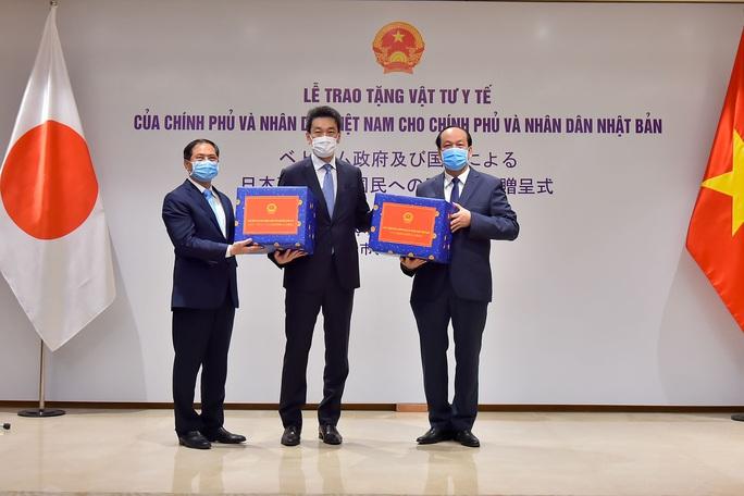 Việt Nam trao tặng vật tư y tế hỗ trợ Nhật, Mỹ - Ảnh 1.