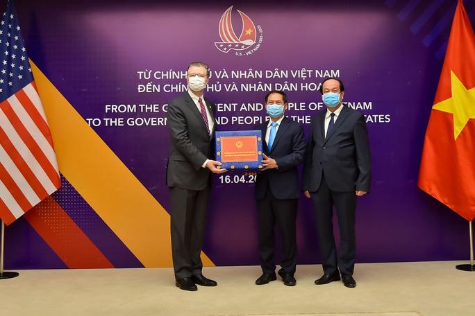 Việt Nam trao tặng vật tư y tế hỗ trợ Nhật, Mỹ - Ảnh 2.