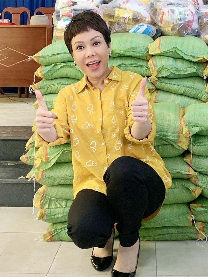 Việt Hương tặng 1 tấn gạo đến các nghệ sĩ khó khăn - Ảnh 1.