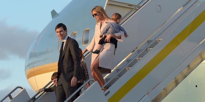 Người Mỹ phải ở nhà, con gái ông Trump vẫn đi du lịch - Ảnh 1.