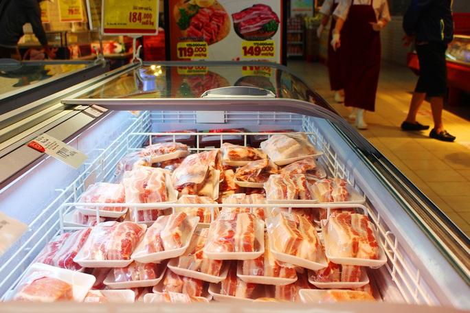 Siêu thị tung thịt heo nhập khẩu giá rẻ để bình ổn thị trường - Ảnh 1.
