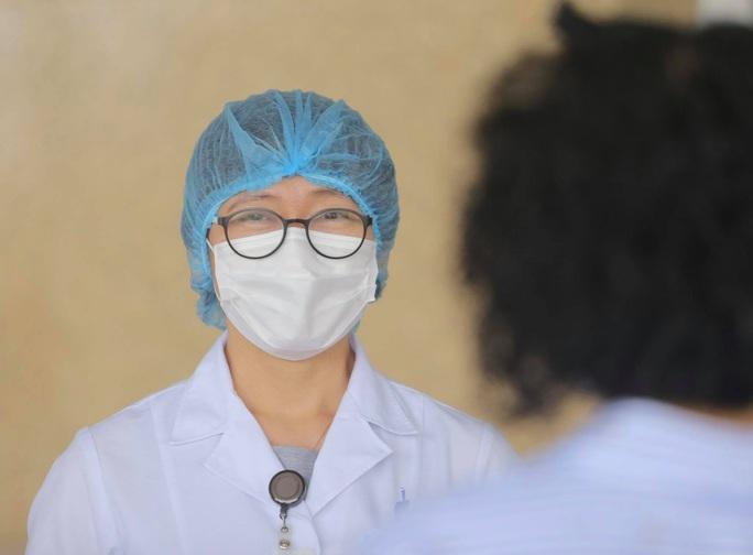 CLIP: Nữ phóng viên mắc Covid-19 xúc động cảm ơn y bác sĩ trong ngày ra viện - Ảnh 12.