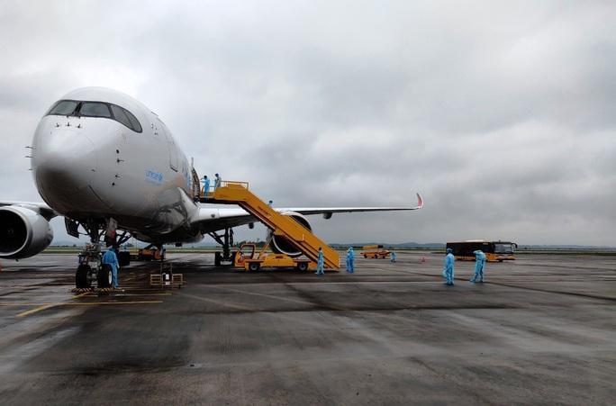 Chuyến bay chở 308 kỹ sư Hàn Quốc hạ cánh tại sân bay Vân Đồn - Ảnh 1.