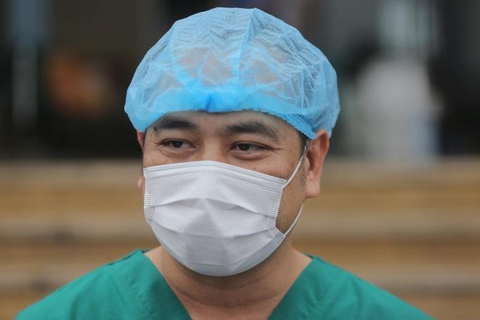 CLIP: Nữ phóng viên mắc Covid-19 xúc động cảm ơn y bác sĩ trong ngày ra viện - Ảnh 17.