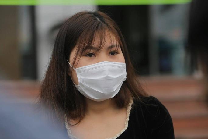 CLIP: Nữ phóng viên mắc Covid-19 xúc động cảm ơn y bác sĩ trong ngày ra viện - Ảnh 10.
