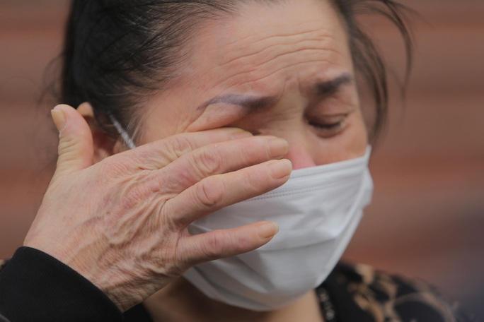 CLIP: Nữ phóng viên mắc Covid-19 xúc động cảm ơn y bác sĩ trong ngày ra viện - Ảnh 9.