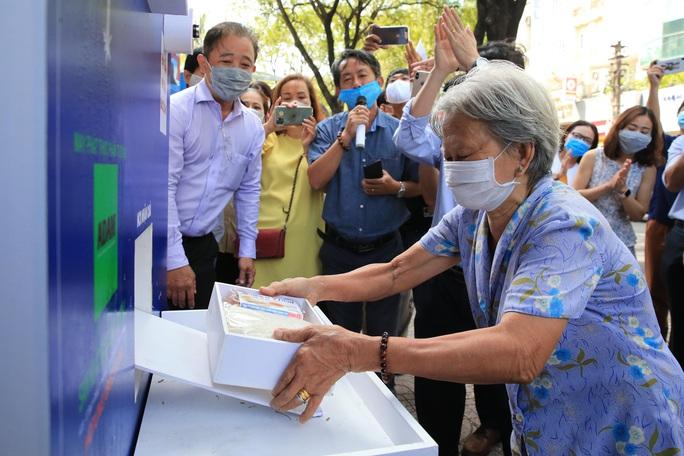 Cận cảnh ATM thực phẩm miễn phí dành cho người nghèo - Ảnh 3.