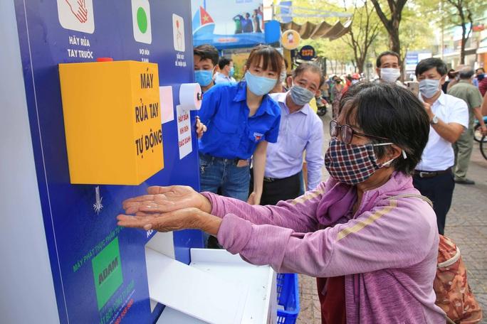 Cận cảnh ATM thực phẩm miễn phí dành cho người nghèo - Ảnh 5.