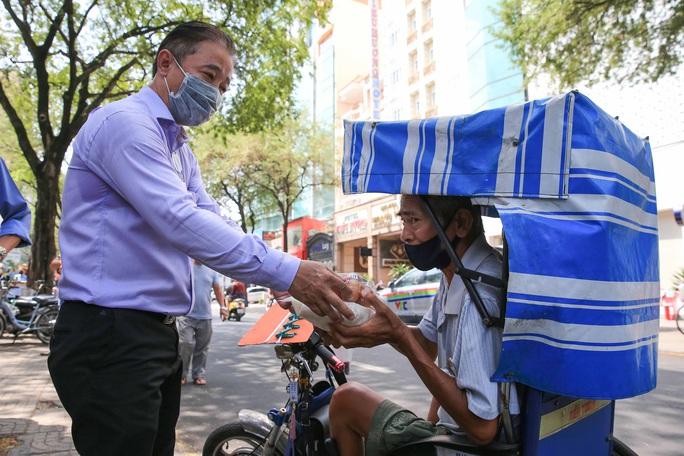 Cận cảnh ATM thực phẩm miễn phí dành cho người nghèo - Ảnh 8.