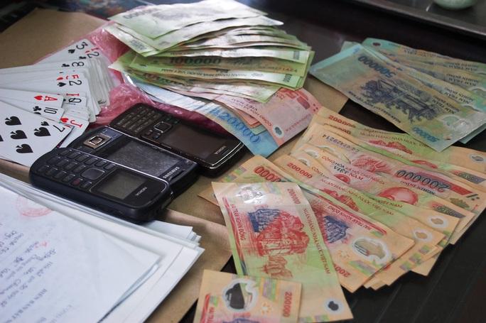 Nhóm người lập 2 sòng bài sát phạt ở khu cách ly bị phạt 13,5 triệu đồng - Ảnh 2.