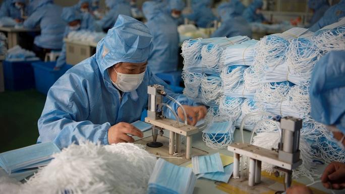 Bên trong thế giới cầm vali tiền canh nhà máy ở Trung Quốc - Ảnh 1.