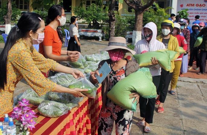 Thầy trò làm ATM gạo giúp đỡ người nghèo - Ảnh 1.