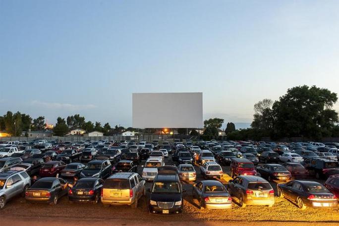 Xem phim từ xe hơi hốt bạc nhờ giãn cách xã hội - Ảnh 2.
