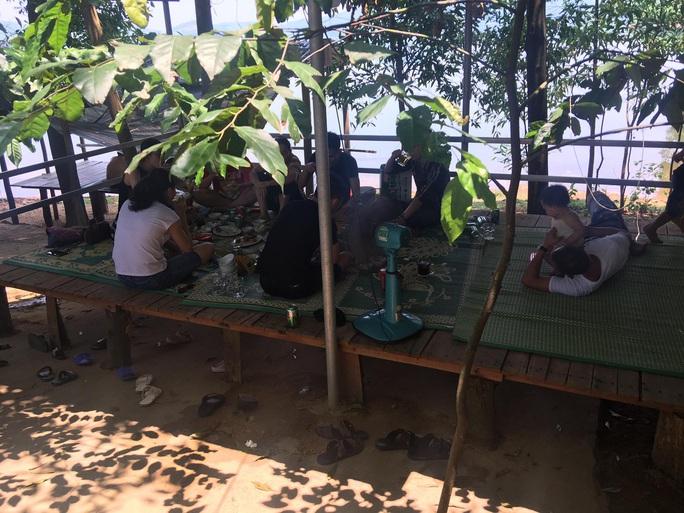 Hàng chục người tụ tập ăn nhậu lúc giãn cách xã hội chống dịch Covid-19 - Ảnh 1.