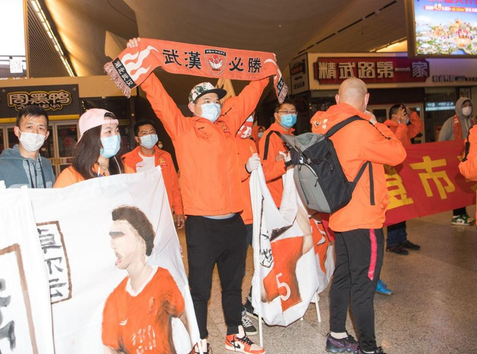 Lang bạt 3 tháng xứ người, đội bóng Vũ Hán cay mắt trở về quê hương - Ảnh 9.