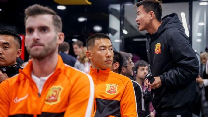 Lang bạt 3 tháng xứ người, đội bóng Vũ Hán cay mắt trở về quê hương - Ảnh 2.