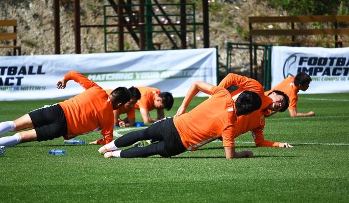 Lang bạt 3 tháng xứ người, đội bóng Vũ Hán cay mắt trở về quê hương - Ảnh 11.