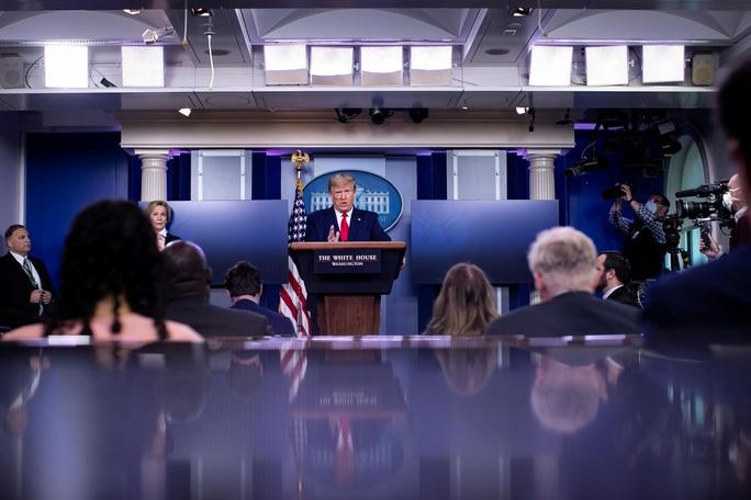 Covid-19: Tổng thống Trump cảnh báo Trung Quốc về hậu quả - Ảnh 1.