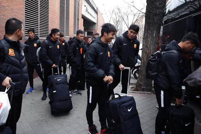 Lang bạt 3 tháng xứ người, đội bóng Vũ Hán cay mắt trở về quê hương - Ảnh 3.