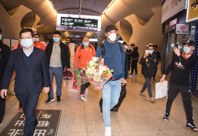 Lang bạt 3 tháng xứ người, đội bóng Vũ Hán cay mắt trở về quê hương - Ảnh 8.