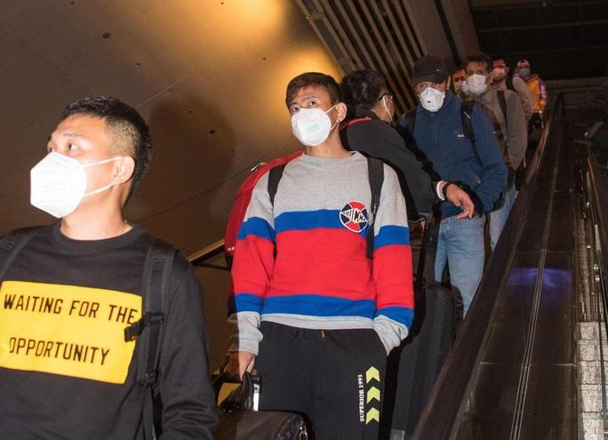 Lang bạt 3 tháng xứ người, đội bóng Vũ Hán cay mắt trở về quê hương - Ảnh 7.