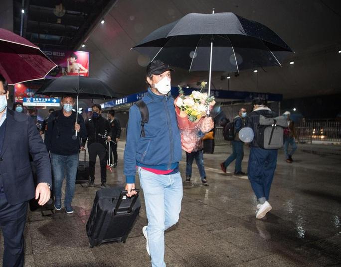 Lang bạt 3 tháng xứ người, đội bóng Vũ Hán cay mắt trở về quê hương - Ảnh 6.