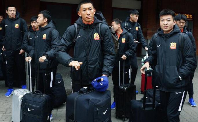 Lang bạt 3 tháng xứ người, đội bóng Vũ Hán cay mắt trở về quê hương - Ảnh 1.