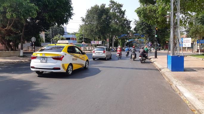 Phòng chống dịch Covid-19: Đắk Lắk vẫn cho taxi, xe buýt chạy - Ảnh 1.