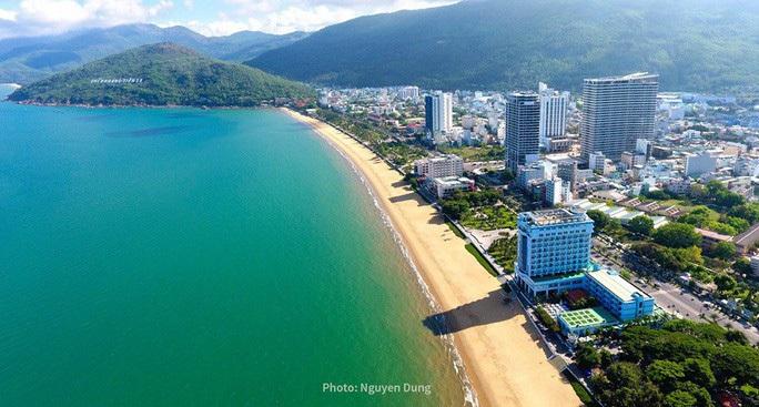 Đang di dời, khách sạn bên bờ biển Quy Nhơn vẫn cải tạo, sửa chữa - Ảnh 1.