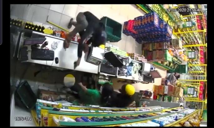 TP HCM: Bắt được 1 trong 2 nghi phạm dùng súng cướp cửa hàng Bách Hoá Xanh - Ảnh 2.