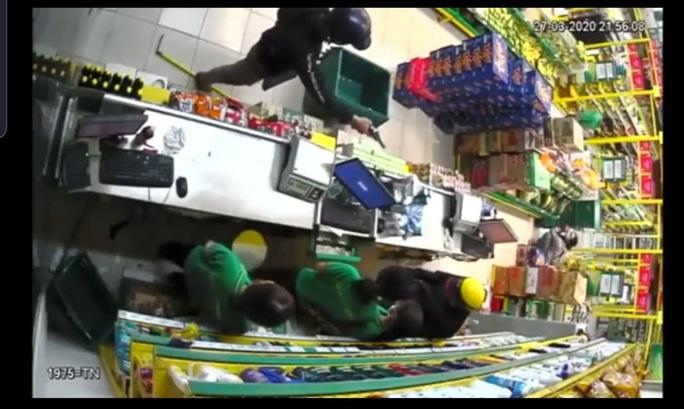 TP HCM: Bắt được 1 trong 2 nghi phạm dùng súng cướp cửa hàng Bách Hoá Xanh - Ảnh 3.
