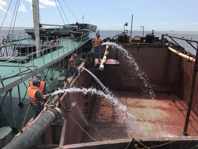Giỗ Tổ Hùng Vương, Hải quân mang 1 triệu lít nước ngọt đến với bà con miền Tây - Ảnh 2.