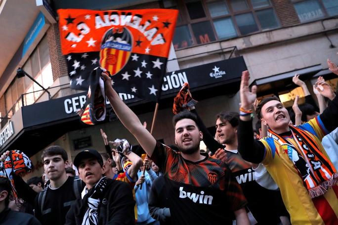 Chính thức: UEFA hoãn vô thời hạn Champions League và Europa League, nhưng...  - Ảnh 2.