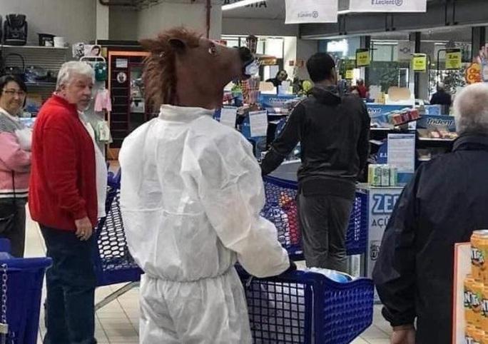 Thế giới kỳ lạ của những người đi siêu thị trong đại dịch Covid-19 - Ảnh 10.
