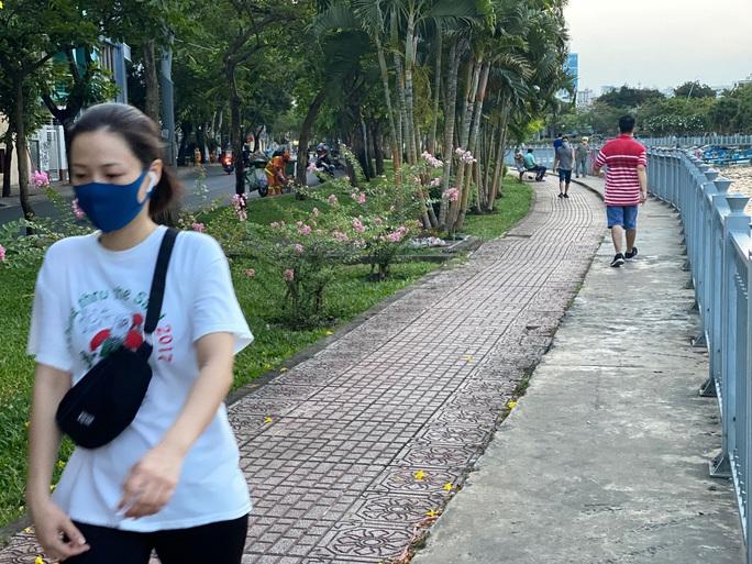 Cận cảnh sáng sớm ngày thứ 2 cách ly xã hội dọc kênh Nhiêu Lộc - Thị Nghè - Ảnh 2.