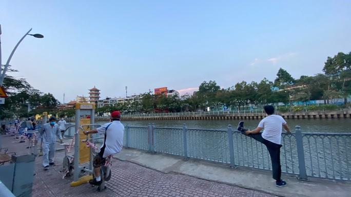 Cận cảnh sáng sớm ngày thứ 2 cách ly xã hội dọc kênh Nhiêu Lộc - Thị Nghè - Ảnh 5.