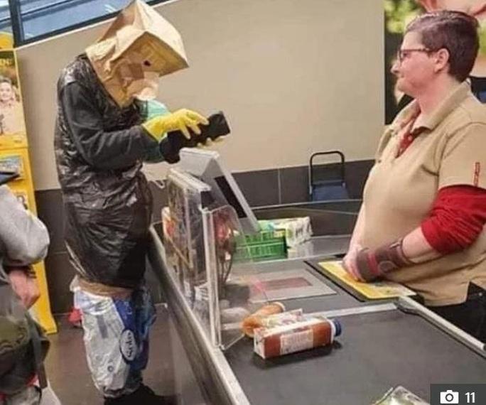 Thế giới kỳ lạ của những người đi siêu thị trong đại dịch Covid-19 - Ảnh 7.
