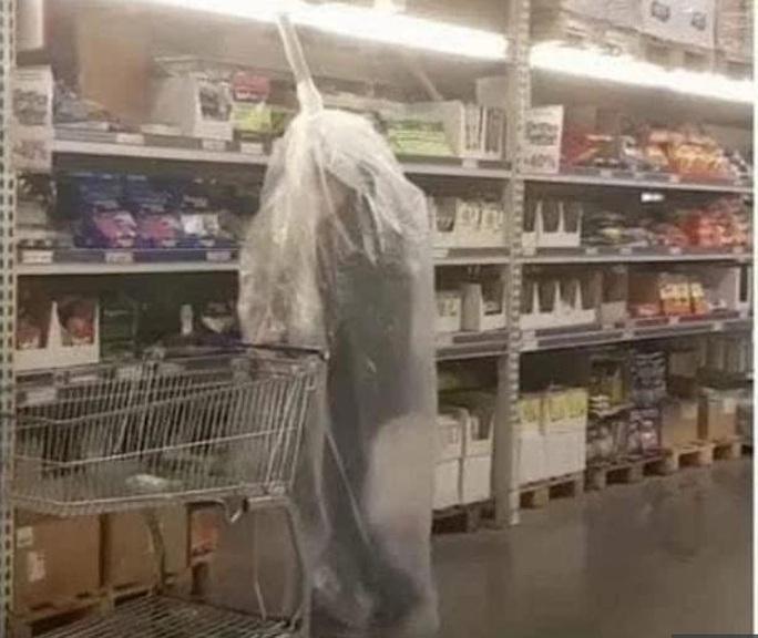Thế giới kỳ lạ của những người đi siêu thị trong đại dịch Covid-19 - Ảnh 6.